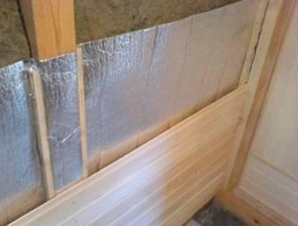 Укладка минеральной ваты внутри деревянного дома
