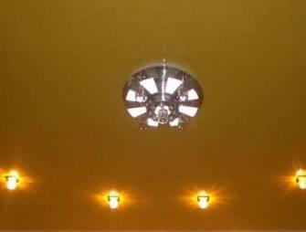 установка светильников в натяжные потолки