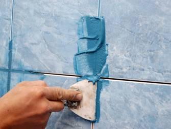 затираем швы между плиткой в ванной комнате